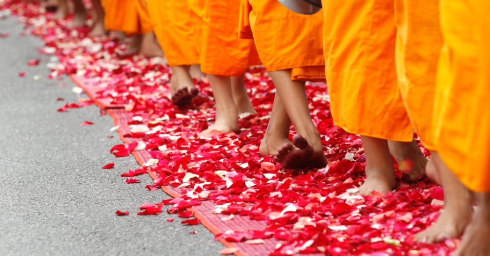 Monges budistas participam de procissão em Bancoc, na Tailândia, em celebração ao 2.600° aniversário da iluminação do Buda