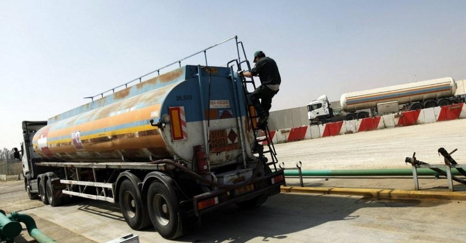 Motorista de caminhão de combustível se prepara para partir após abastecer região na divisa de Israel com o sul da faixa de Gaza. Na terça-feira (3), o governo israelense e a ANP (Autoridade Nacional Palestina) firmaram um acordo para encerrar a crise de abastecimento que causou cortes diários de energia na região, segundo autoridades