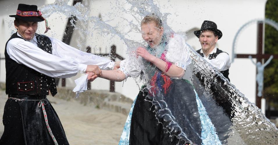 Na Hungria, pouco antes da Páscoa, a tradição é a de encharcar a mulherada com água