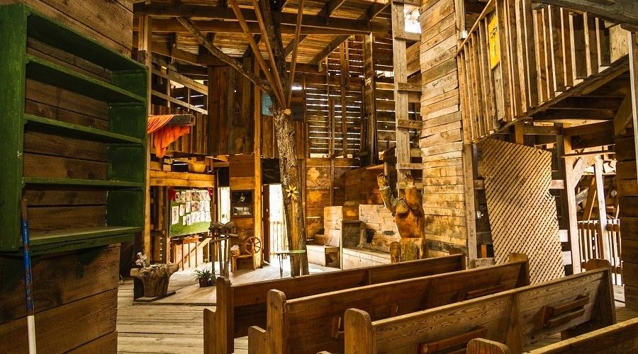 No interior, foram colocadas escadarias, um santuário, um local para corais, uma quadra de basquete e inúmeros quartos, corredores e sacadas