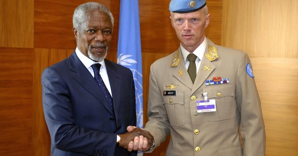 O mediador da ONU (Organização das Nações Unidas) e da Liga Árabe para a Síria, Kofi Annan, cumprimenta o general norueguês Robert Mood em Genebra, na Suíça