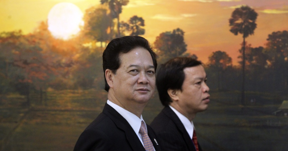 O primeiro-ministro do Vietnã, Nguyen Tan Dung (esquerda), chega à última reunião da 20ª Cúpula de Associação de Nações do Sudeste Asiático em Phnom Penh, no Camboja