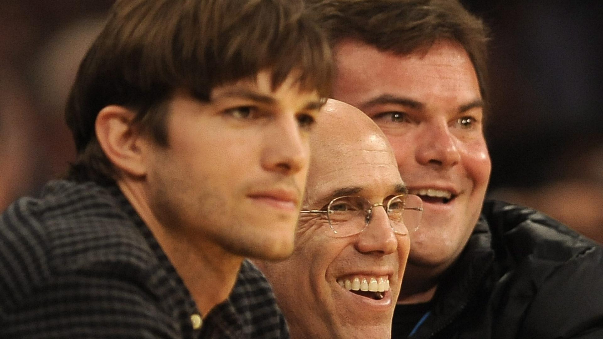 Os atores Ashton Kutcher (esq) e Jack Black (dir) acompanharam de perto o confronto entre entre Los Angeles Lakers e New Jersey Nets pela NBA