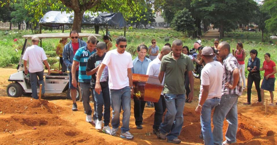 Parentes e amigos participam no cemitério Vila Formosa, na zona leste da capital paulista, do corpo do ciclista morto em uma colisão com um veículo de passeio na Avenida Pirajuçara (zona sul)
