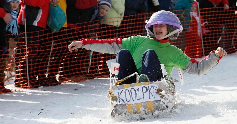 Participantes fantasiados e atrapalhados disputam competição de tobogã
