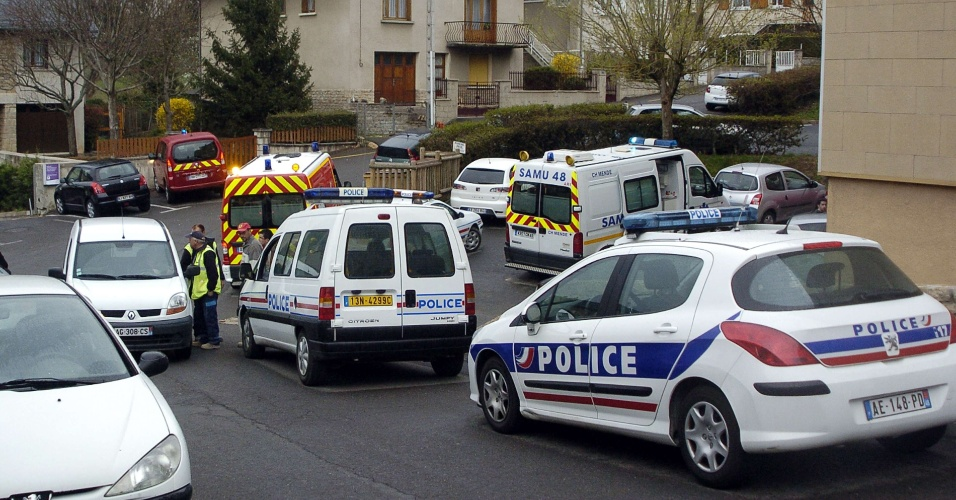 Policiais franceses inspecionam um apartamento em Mende, na França, em que um garoto de nove anos morreu após disparo de arma de fogo