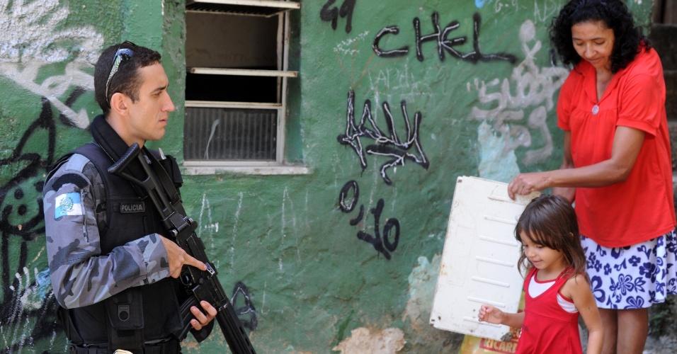 Policial participa de operação na Rocinha, no Rio de Janeiro, para identificar e prender o suspeito de atirar no cabo Rodrigo Alves Cavalcante, 33, do Batalhão de Choque