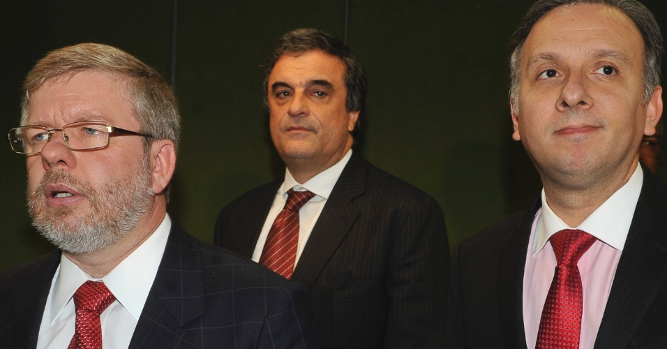 Presidente da Câmara, Marco Maia (direita), recebe os ministros da Justiça, José Eduardo Cardozo (centro), e das Cidades, Aguinaldo Ribeiro, para tratar de mudanças na Lei Seca