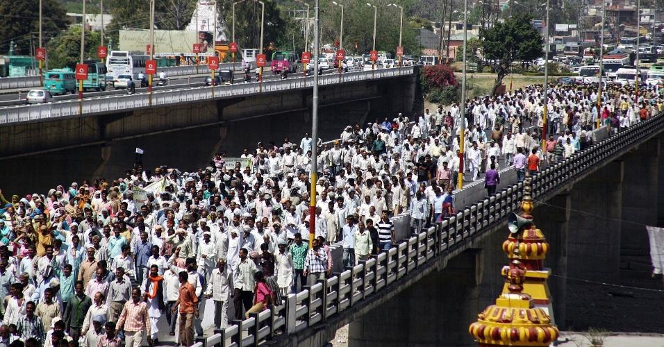 Refugiados paquistaneses gritam frases de efeito e bloqueiam estrada durante protesto em Jammu, na Índia, contra uma coalização de governo