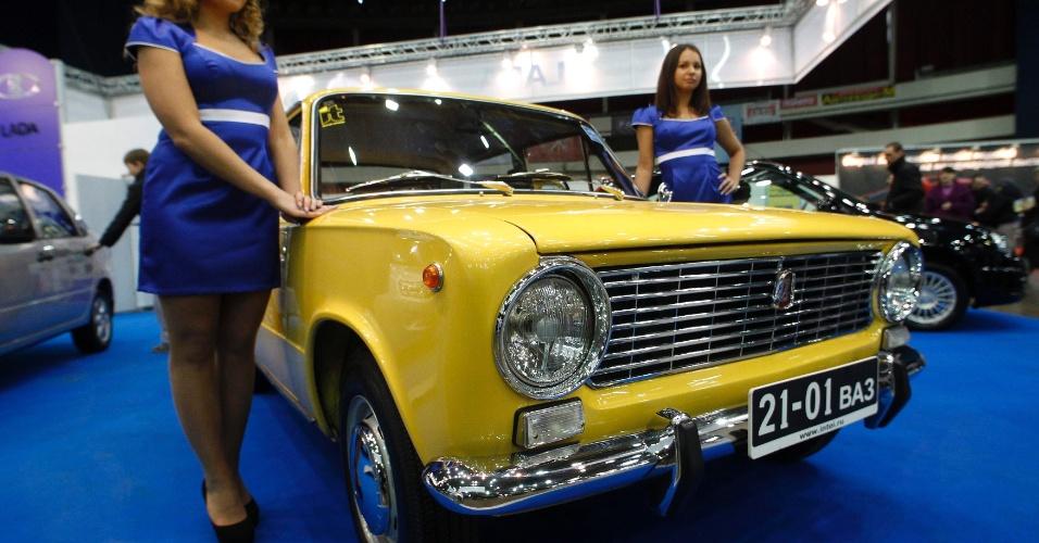 Russos customizam carros antigos com rosto de Putin e Medvedev