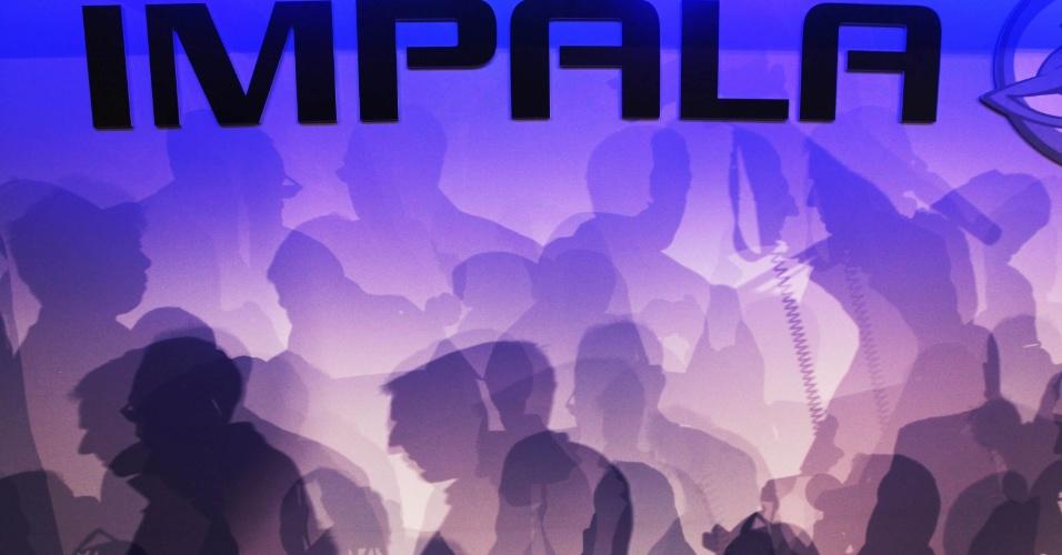 Sombras de visitantes projetadas em uma parede do salão de lançamento do Chevrolet Impala 2014 no New York Auto Show Internacional, em Nova York