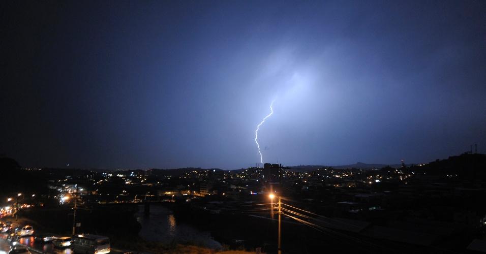 Tempestade de raios atinge a cidade de Tegucigalpa, em Honduras, deixando a população sem energia elétrica por pelo menos duas horas