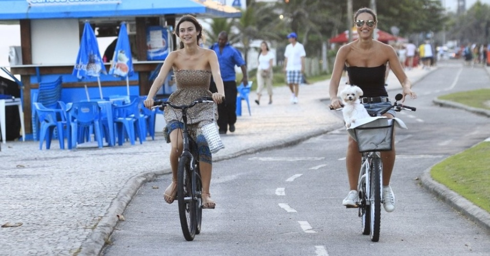 Thaila Ayala pedala acompanhada de Débora Nascimento pela orla da praia da Barra da Tijuca, zona oeste do Rio (4/4/2012)