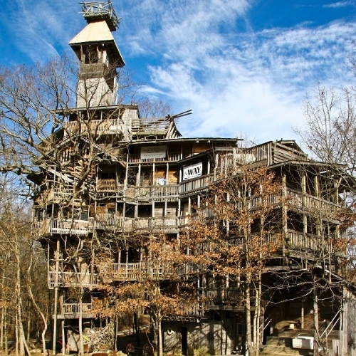 Um americano diz ter construído a maior casa na árvore do mundo em Crossville, no Estado americano do Tennessee