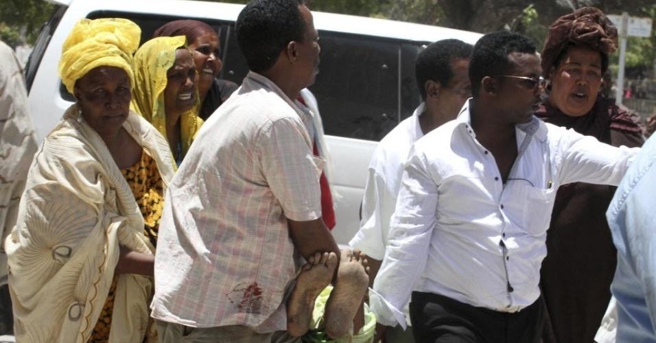 Um atentado suicida deixou ao menos 10 mortos e vários feridos em 04/04/12, em Mogadíscio, capital da Somália. O ataque aconteceu durante cerimônia no Teatro Nacional de Mogadíscio. Segundo a Agência Efe, entre os mortos estão os presidentes da Federação de Futebol da Somália, Said Mohammed Mugabe, e do Comitê Olímpico do país, Adam Haji Yabarow. Ninguém assumiu a autoria do atentado, embora a milícia islamita Al Shabab, unida desde fevereiro com a Al Qaeda, realize ataques deste tipo