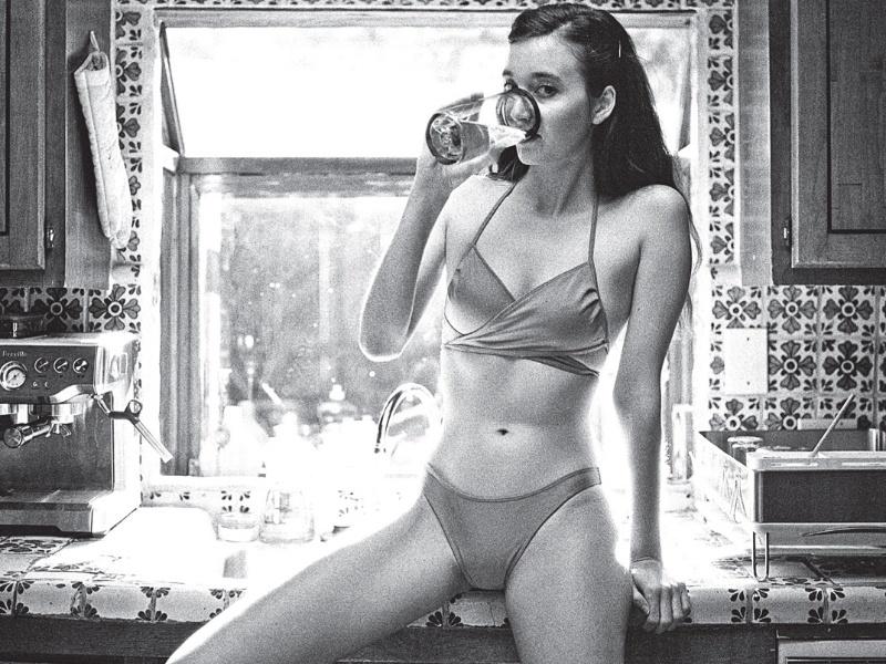 Uma série de anúncios da marca norte-americana de roupas American Apparel foi proibida na Inglaterra. As fotos da empresa, que contem mulheres seminuas, foram consideradas pornográficas e abusivas pelo órgão responsável por regular a publicidade na Inglaterra