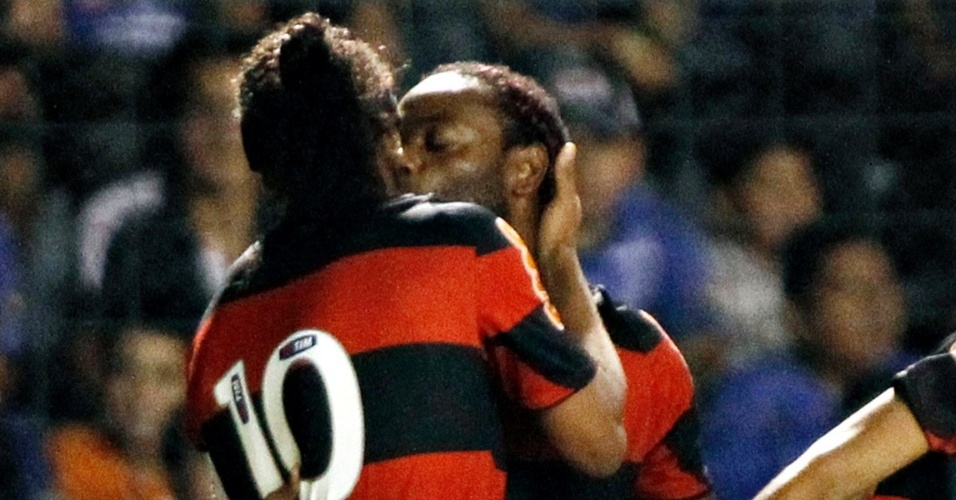 Vágner Love beija Ronaldinho Gaúcho para comemorar o gol de Léo Moura para o Flamengo (04/04/12)