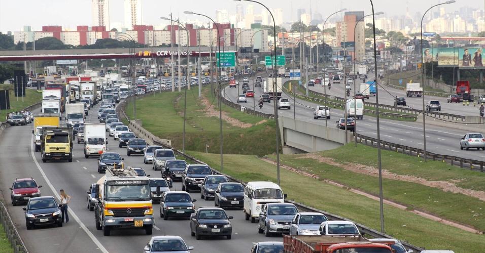 A Rodovia Castello Branco tinha tráfego lento no sentido interior, na altura Osasco, em São Paulo