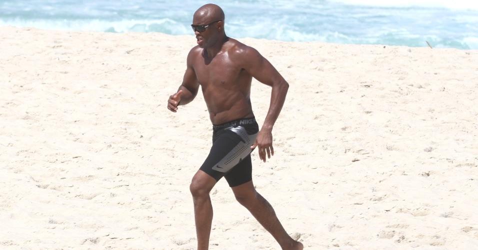 Anderson Silva corre durante treino na praia do Recreio no Rio de Janeiro. O próximo adversário do brasileiro é Chael Sonnen dia 23 de junho no estádio do Engenhão