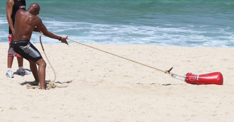 Anderson Silva puxa saco de pancada durante treino na praia do Recreio no Rio de Janeiro
