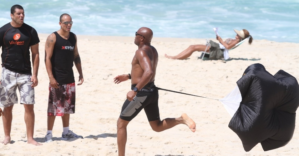 Anderson Silva treinou forte na praia do Recreio no Rio de Janeiro acompanhado de outros integrantes da sua equipe