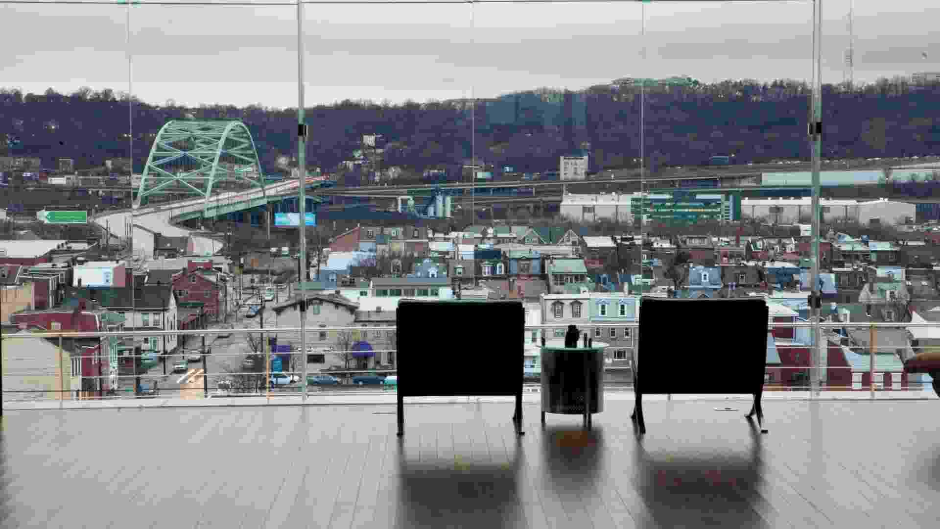 Casa sobre fábrica de vidro em Pittsburgh, foi construída em balanço (Imagem do NYT, não usar sem autorização) - Tony Cenicola/The New York Times