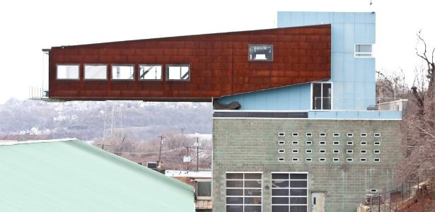 Casa sobre fábrica de vidro foi construída em balanço, assim parte de sua estrutura desafia a gravidade - Tony Cenicola/The New York Times