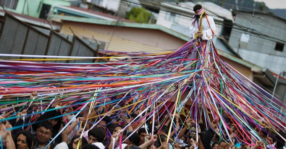 """Católicos carregam estátua de Jesus Nazareno durante procissão conhecida como """"Jesus Nazareno das Fitas"""" em Cartago, na Costa Rica, como parte das comemorações da Semana Santa"""