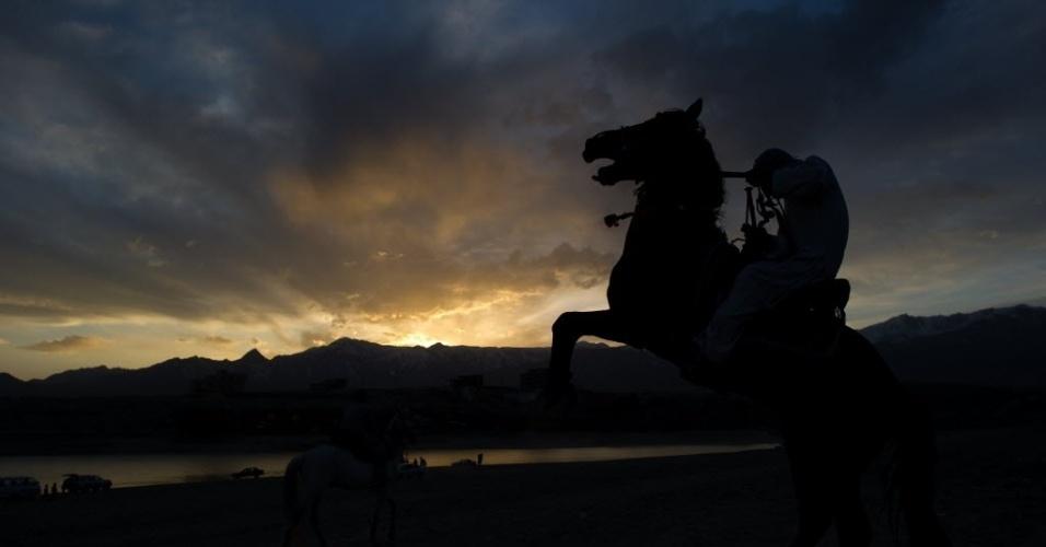 Cavaleiro afegão é visto durante competição de corrida de cavalos realizada em Cabul, Afeganistão