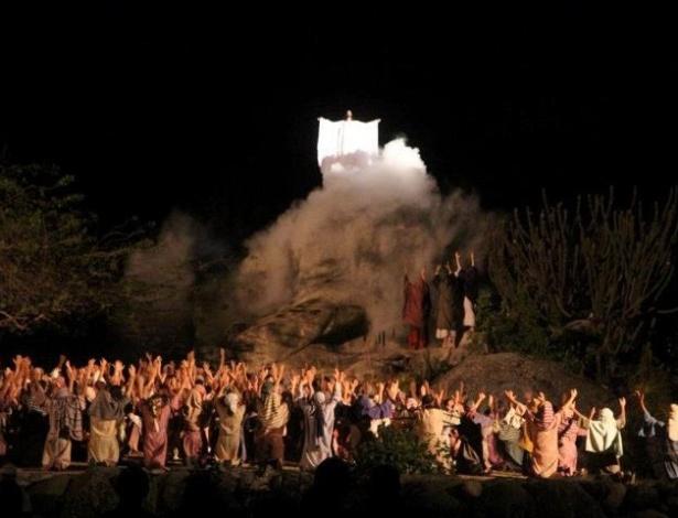 """Cena da ascensão aos céus de Jesus depois de encontra-se com os discípulos na """"Paixão de Cristo"""" de Nova Jerusalém, em Pernambuco"""