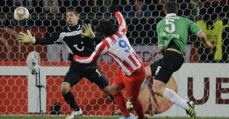 Colombiano Falcão García chuta forte para marcar o gol da classificação do Atlético de Madri