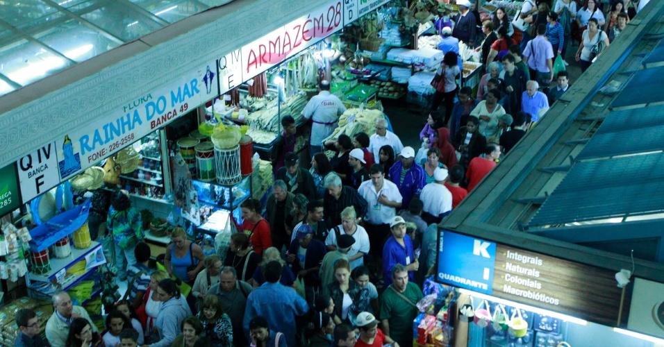 Consumidores lotam a  tradicional Feira do Peixe do Mercado Público de Porto Alegre