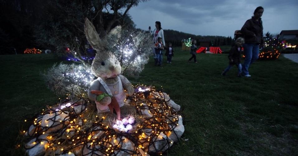 Família decora jardim com coelho de Páscoa rodeado de luzes no  vilarejo Grabovnica, na Croácia