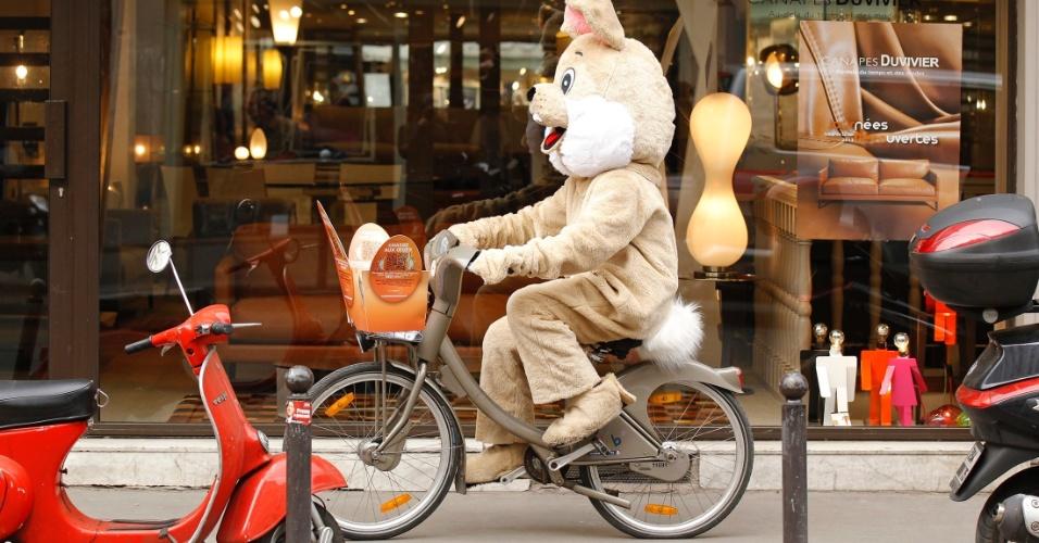 Homem fantasiado de coelho passeia de bicicleta em Paris, na França