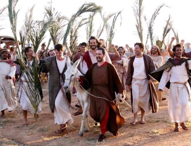 Jesus Cristo (José Barbosa) junto de Judas (Caco Ciocler) na apresentação em Nova Jerusalém