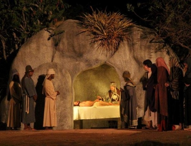 Jesus é sepultado no túmulo cedido por José de Arimatéia durante a apresentação