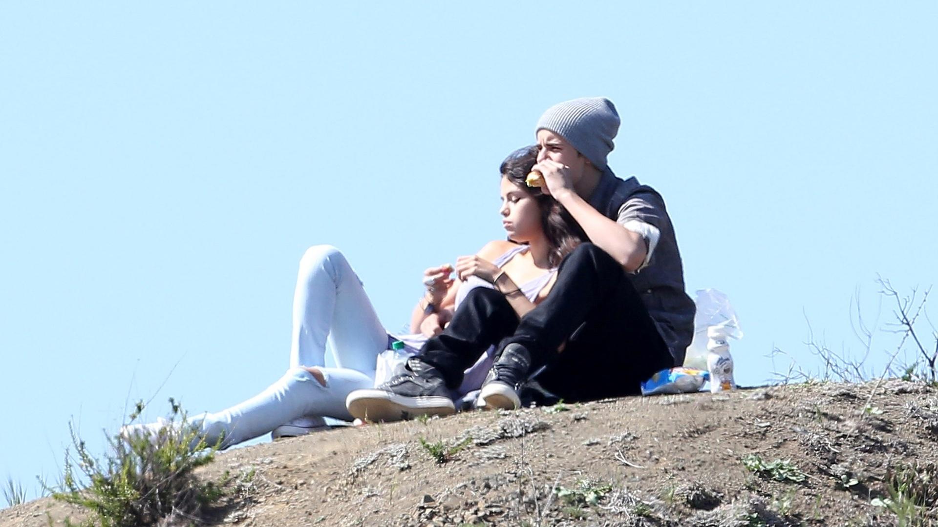 Justin Bieber e Selena Gomez fizeram um piquenique a dois em um parque de Los Angeles na tarde da última quarta-feira. O casal comeu alguns lanches e relaxarem sob alguns raios de sol (4/4/12)
