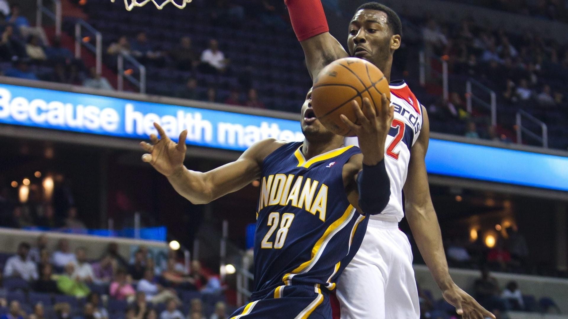 Leandrinho, do Indiana Pacers, encara a marcação do jogador do Washington Wizards