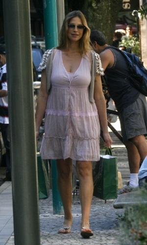 Mãe de Dom, Luana Piovani sai de casa pela primeira vez após dar à luz e faz compras no Rio de Janeiro (5/4/12)