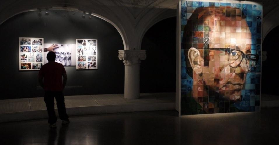 Mulher passa por retrato do escritor Rodolfo Walsh, um dos ícones da resistência à ditadura militar (1976-1983) na Argentina. A mostra, que ocorre em Buenos Aires,  ainda traz outro retratos de desaparecidos e vítimas do regime militar
