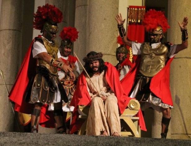 Na foto, Jesus é flagelado após o julgamento no fórum de Pilatos