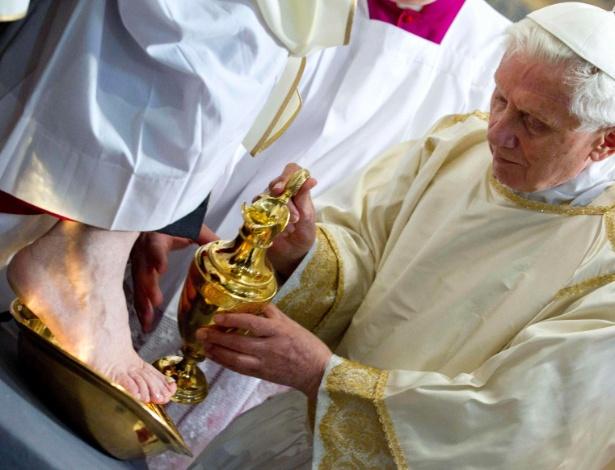 Papa Bento 16 celebra na Basílica de São João de Latrão, em Roma, na Itália, a missa da Última Ceia, na qual tradicionalmente lava os pés de doze presbíteros - Claudio Peri/Pool/Reuters