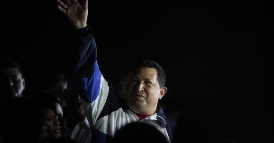 O presidente venezuelano, Hugo Chávez, chega ao aeroporto da cidade venezuelana de Barinas após ficar em Cuba por quatro dias para realizar a segunda fase da radioterapia que combate um tumor