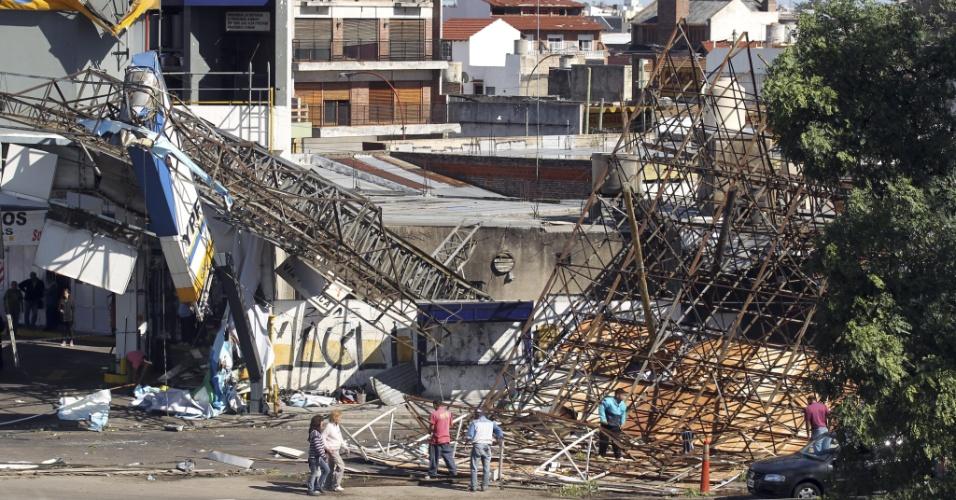 O temporal que atingiu a Argentina provocou destruição em diversas áreas de Buenos Aires, onde ao menos quatro pessoas morreram por causa da tormenta