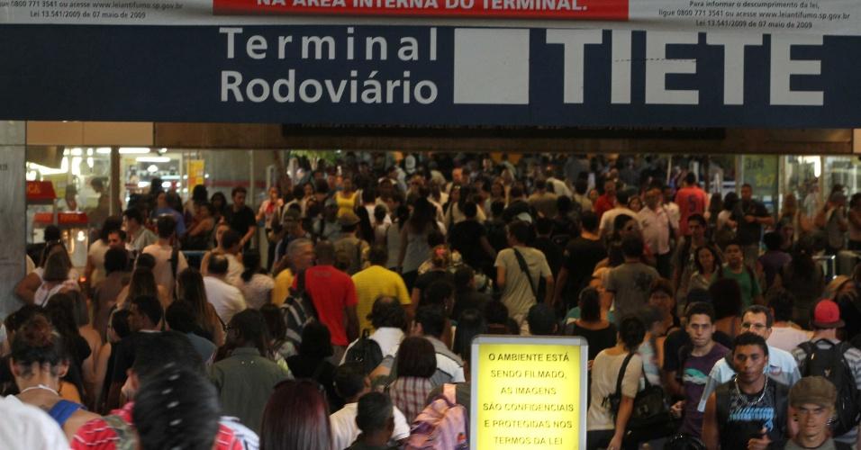 O terminal rodoviário do Tietê, na zona norte de São Paulo, registrava movimentação intensa na tarde desta quinta-feira por causa do feriado de Páscoa