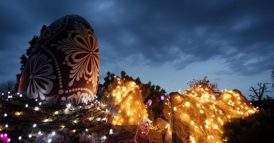 Ovo de Páscoa gigante é um dos destaques em decoração de jardim em residência no vilarejo Grabovnica, na Croácia
