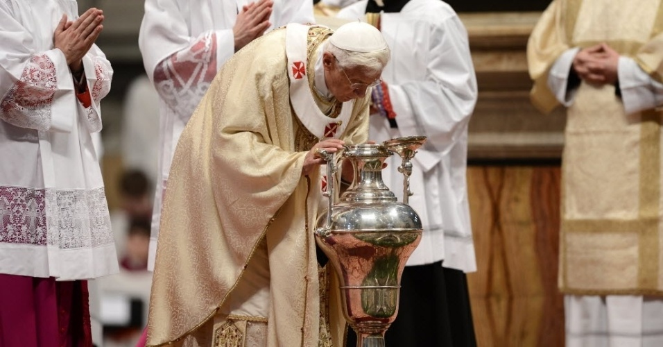 Papa Bento 16 celebra missa na manhã desta quinta-feira da Semana Santa, na Basílica de São Pedro, no Vaticano