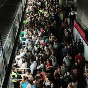 Foto de abril de 2012 mostra plataforma da estação Sé do Metrô de São Paulo, sentido zona leste, completamente lotada