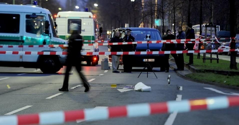 Polícia isola entrada de hospital de Berlim (Alemanha) onde um homem abriu fogo contra um grupo de jovens que estava no local. Uma pessoa morreu, e duas ficaram gravemente feridas