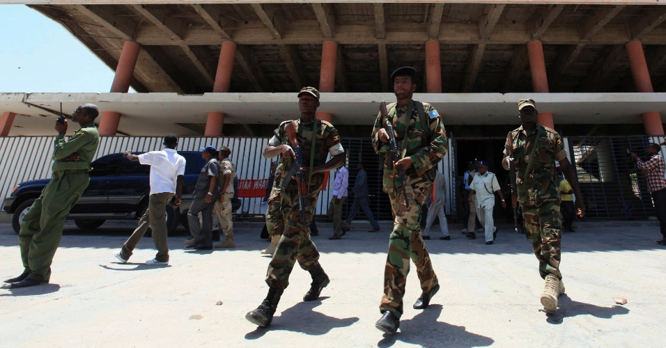 Soldados protegem teatro nacional da Somália, em Mogadício, durante visita do presidente do país, Sheik Sharif Ahmed, ao local